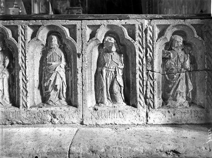 Table de communion, panneaux. Clôture de choeur. Panneaux sculptés en bas-relief provenant d'un autel : Les Apôtres