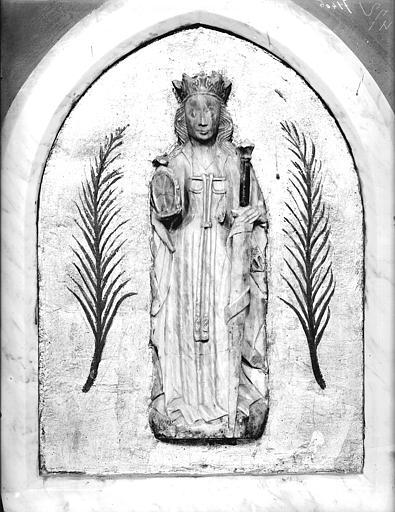 Statue de sainte Catherine. Bas-relief en albâtre : sainte Catherine