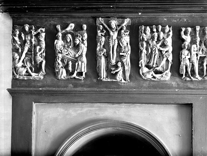 Albâtre anglais. Cinq bas-reliefs en albâtre : Scènes de la Passion (Flagellation, Arrestation du Christ, Crucifixion, Mise au Tombeau, Résurrection)