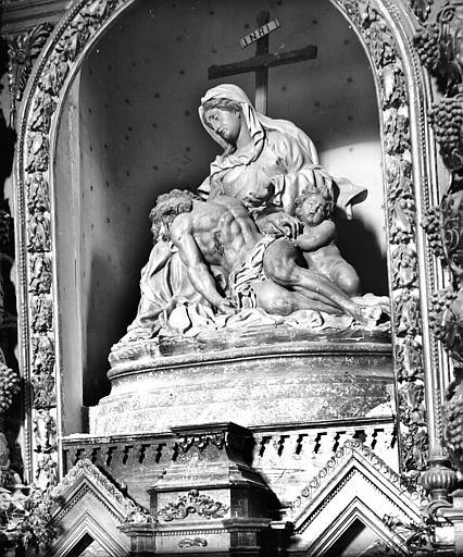 Mater dolorosa. Groupe sculpté du retable de la Vierge : Vierge de Pitié