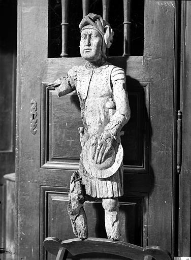 Statue de saint Michel. Statue en bois peint : saint Michel