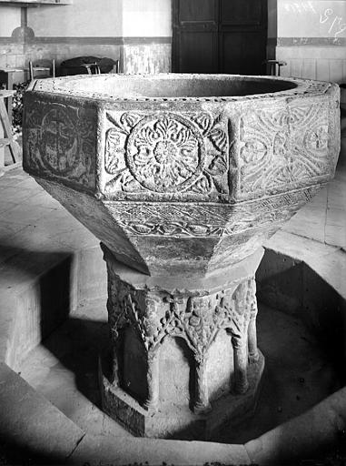 Fonts baptismaux. Fonts baptismaux en pierre