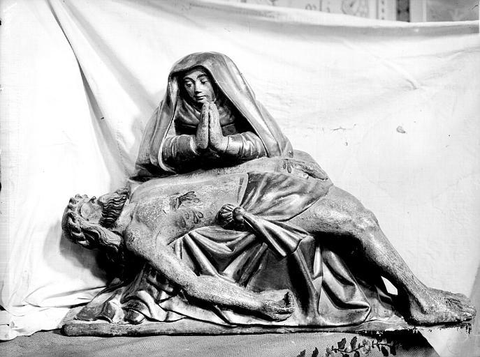 Mater dolorosa. Groupe sculpté en bois doré : Vierge de Pitié