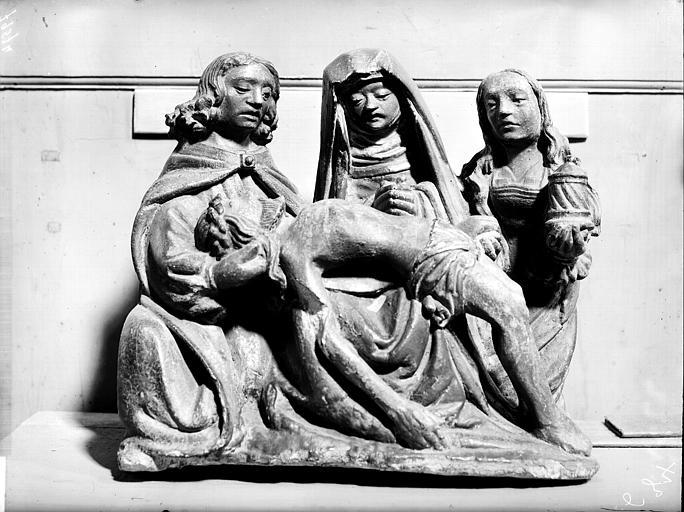 Mater dolorosa. Groupe sculpté en pierre peinte : Vierge de Pitié avec la Madeleine et saint Jean