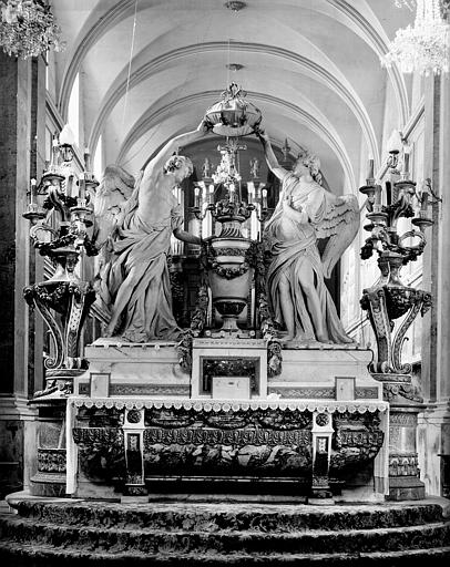 Autel. Maître-autel (avers) : Deux statues d'anges