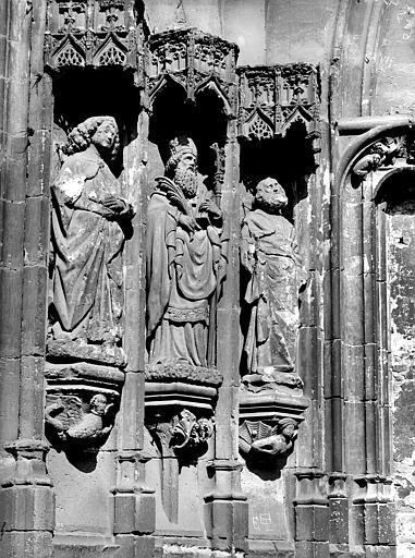 Portail de la façade sud : Statues colonnes de l'ébrasement gauche