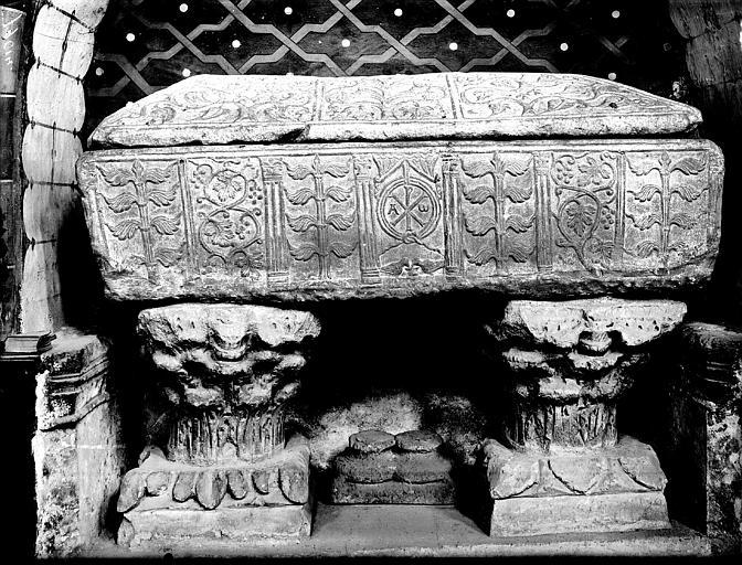 Sarcophage et chapiteaux. Sarcophage en marbre reposant sur des chapiteaux