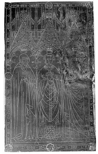 Dalle funéraire à trois effigies, Michel de Piapal, 1415. Dalle funéraire de Michel de Ficefate, de sa mère et de sa soeur