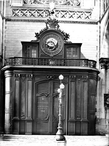 Horloge de 1558 et boiseries de porte. Tambour de porte surmonté d'une horloge astronomique