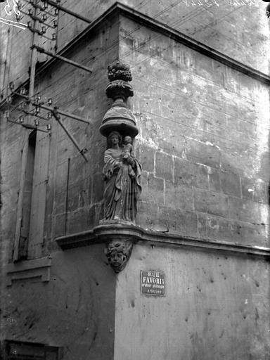 Niche d'angle et statue de la Vierge et l'Enfant