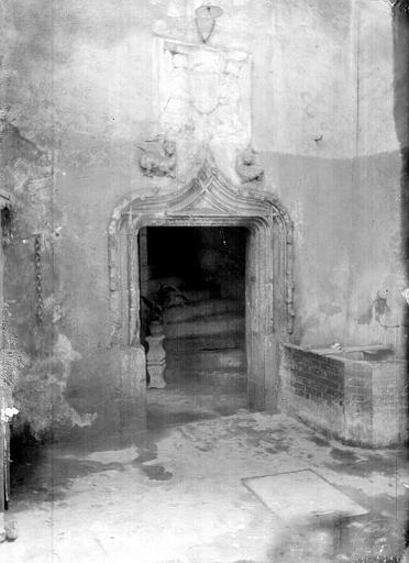 Cour intérieure : Porte d'escalier