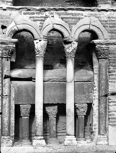 Arcature et sarcophage