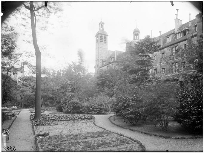 Vue du jardin et du clocher