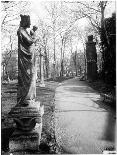 Vierge à l'Enfant, moulage dans le jardin