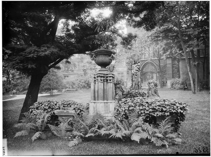 Vue des jardins, statue