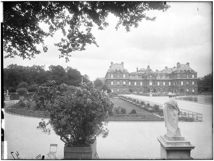 Vue du jardin et de la façade, statue