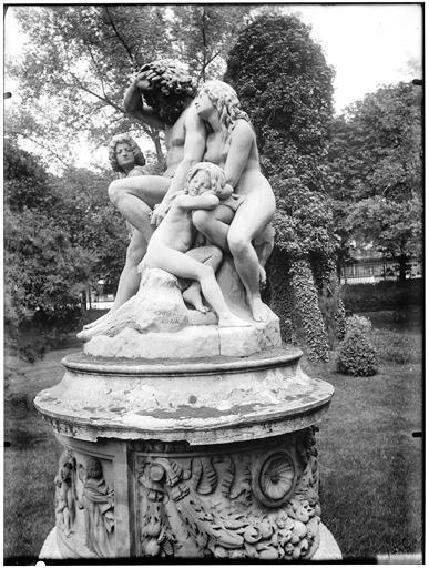 La première famille sur la terre, groupe sculpté