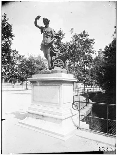 Statue de l'Aurore, Flore