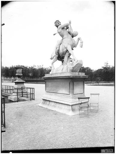 Statue du centaure Nessus enlevant Déjanire