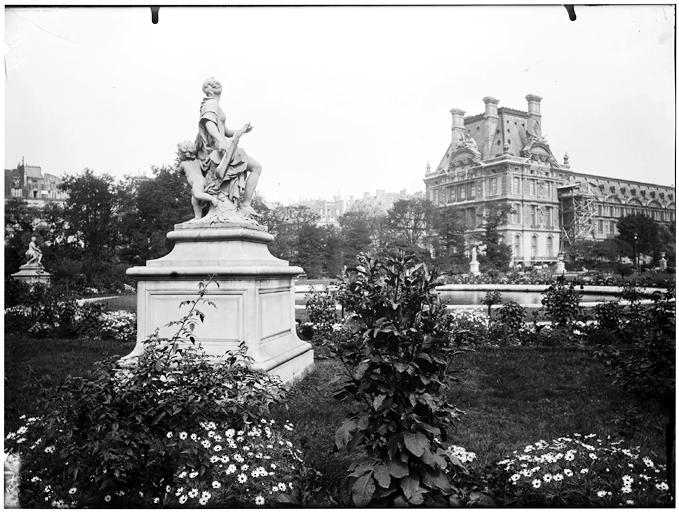 Groupe sculpté dans le jardin des Tuileries et vue du pavillon de Marson à l'arrière-plan