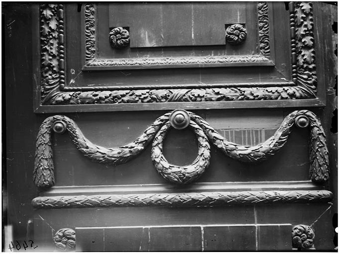 Vue du vantail de la porte et du heurtoir