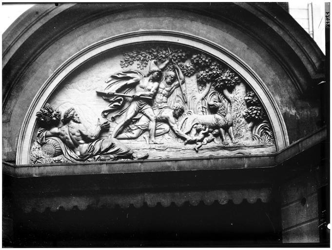 Détail du fronton sur cour : Rémus et Romulus allaités par une louve et trouvés par le berger Faustulus, intendant des troupeaux du roi Amulius
