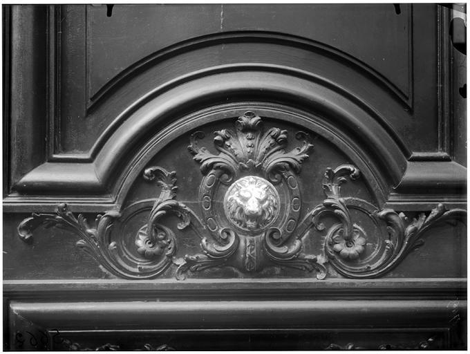 Vantail du portail, tête de lion