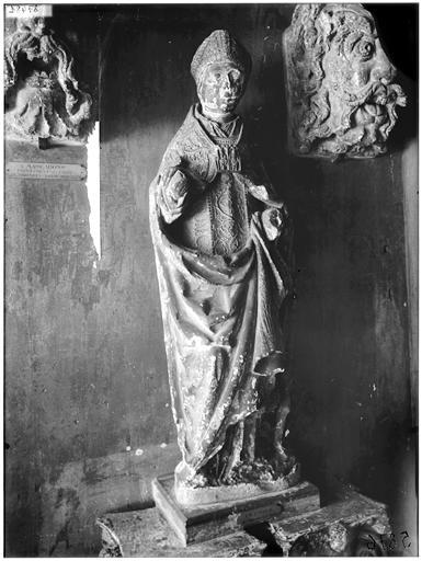 Statue d'un évêque