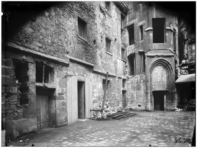 Vue de la cour et de la tour donjon