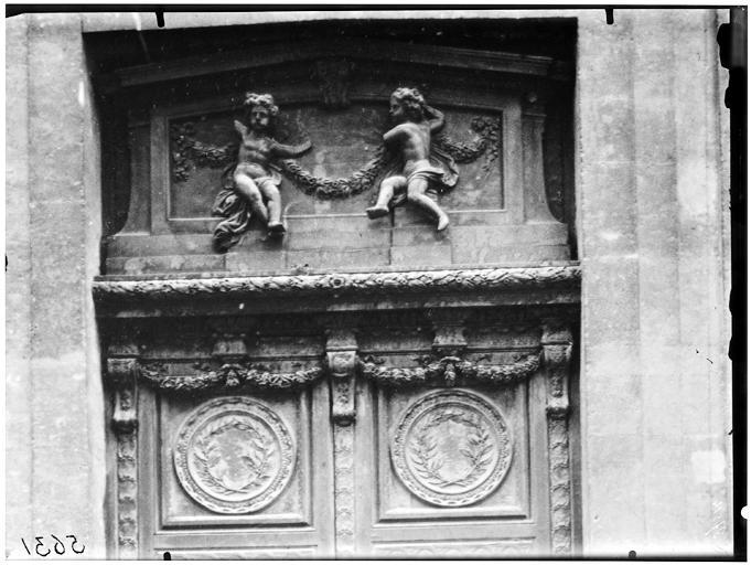 Vantail du portail, tympan