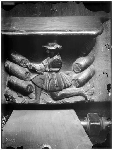 Miséricorde de stalle : un sommelier mettant une pièce en perce, personnification de la guilde des marchands de vin