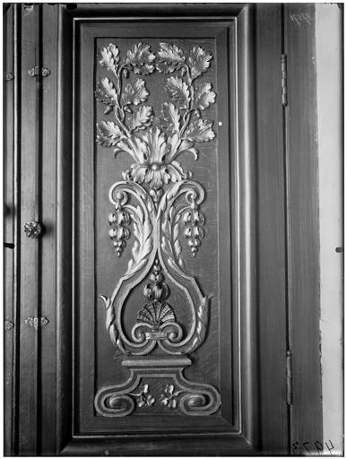 Vue du vantail de la porte et des lambris