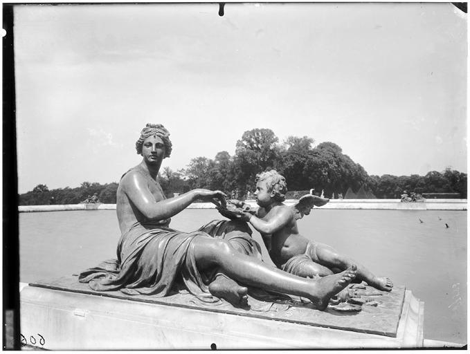 Parterre d'eau : Statue dans le parc