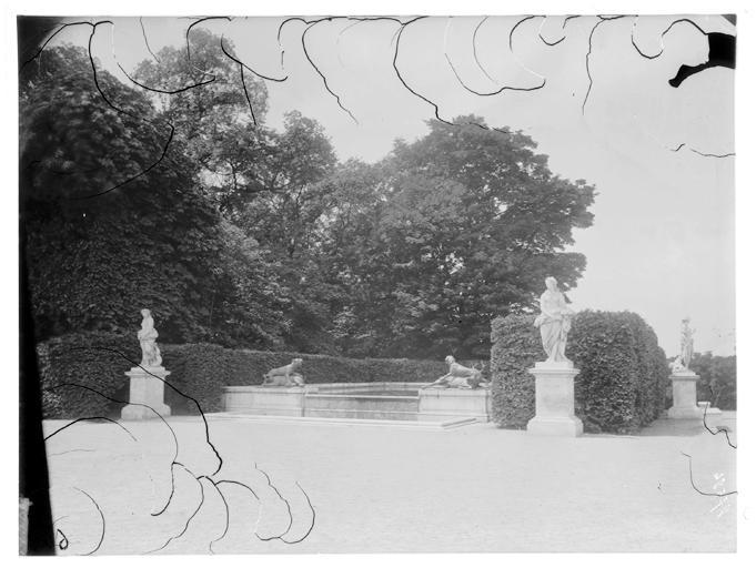 Fontaine du Point du Jour : statue dans le parc