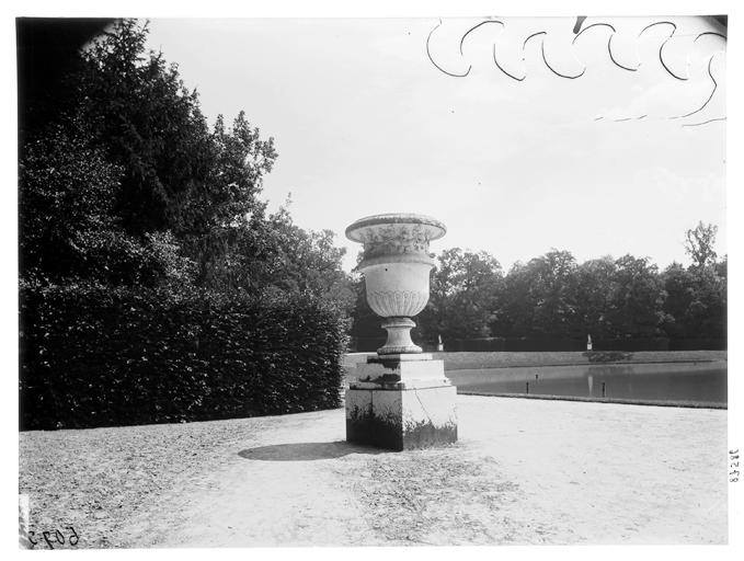Jardin du roi : vase dans le parc
