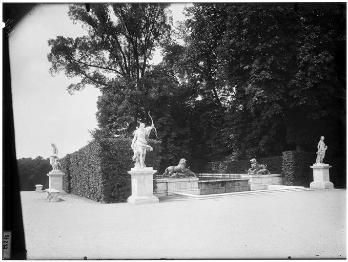 Fontaine de Diane : statue dans le parc