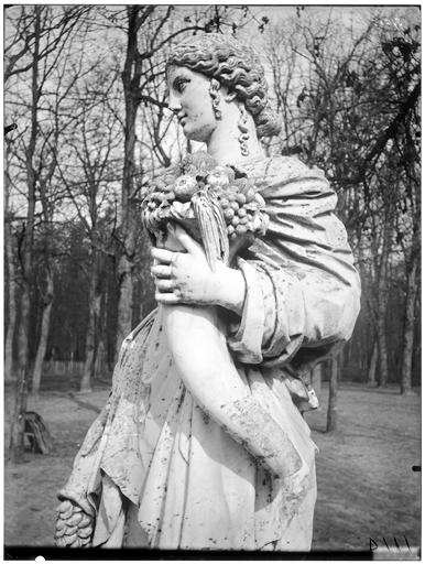 L'Abondance, La Terre, statues