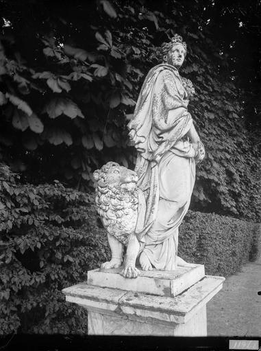 Groupe sculpté : La Terre