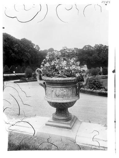 Parterre d'eau : vase dans le parc
