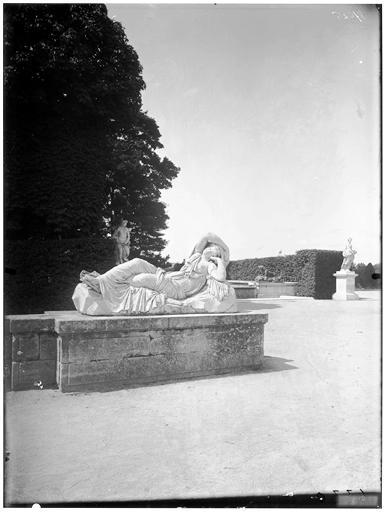 Parterre d'eau : Ariane endormie, statue dans le parc