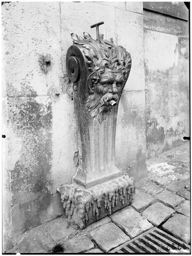 Cour des ministres : dégueuloir de la fontaine