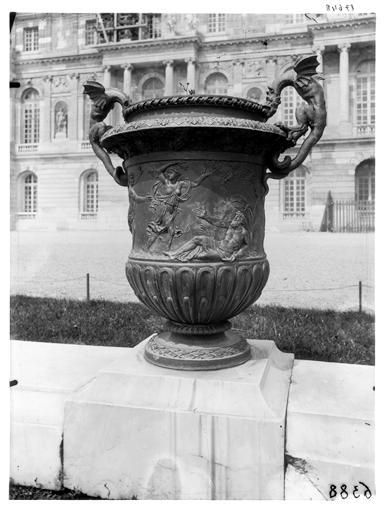 Parterre du Midi : vase dans le parc