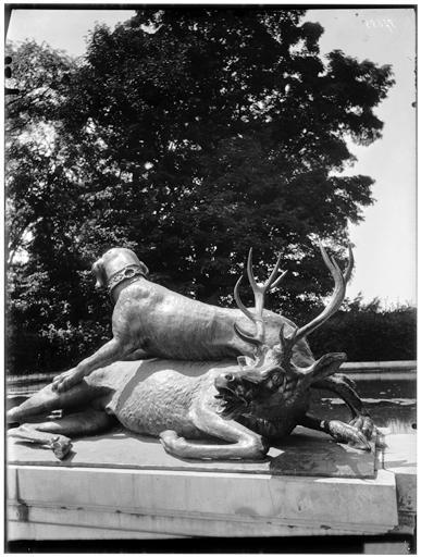 Parterre d'eau,  fontaine du Point du Jour : Cerf et chien, groupe sculpté