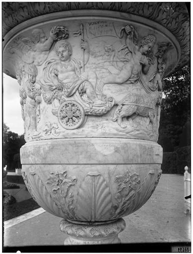 Parterre du Nord : vase de Mars couronné  (supposé)