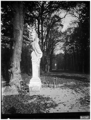 Allée de l'Eté : statue