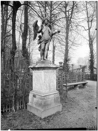 Bosquet de l'Arc de triomphe : Amour tenant un echeveau de fil, statue