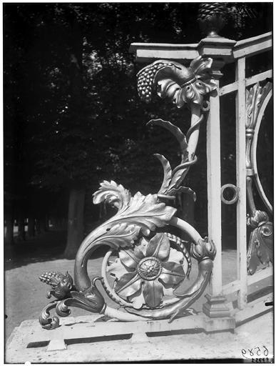 Escalier du salon des jardins : Rampe d'escalier en fer