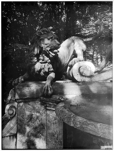 Buffet d'eau : Le lion, groupe sculpté