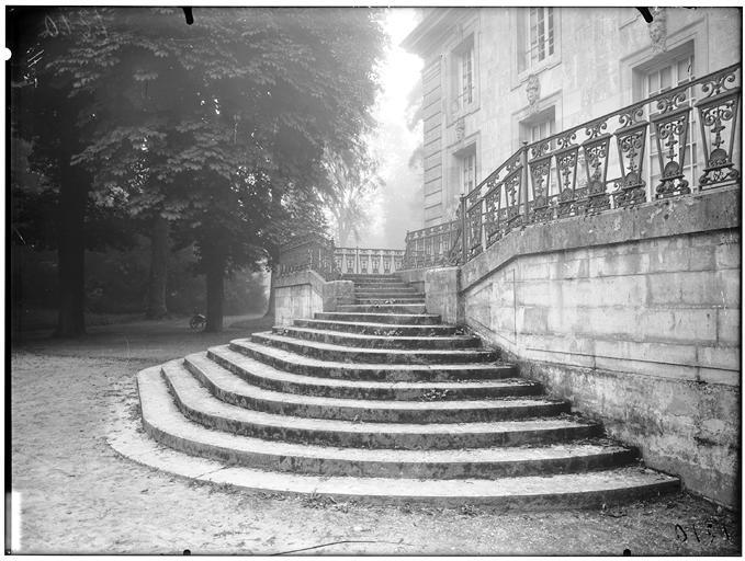 Vue de la façade et de l'escalier
