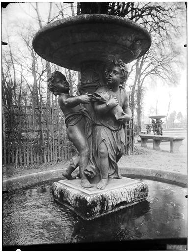 Allée des Marmousets : vasque et groupe sculpté